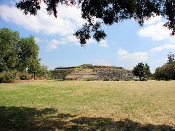 Cuicuilco_Circular_Pyramid_Temple_Wide