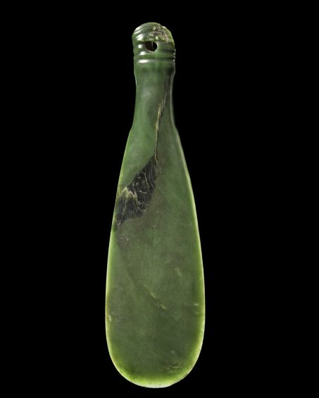 A short-handed club, symbol of mana, that is, power and fame. © Kura Pounamu / Museum of New Zealand.