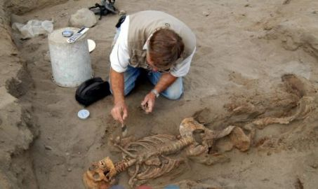 American anthropologist John Verano, examining the skeleton of a teenager on the prehispanic site of Huanchaquito, Peru. © Oscar Courtesy Gabriel Prieto / National Geographic