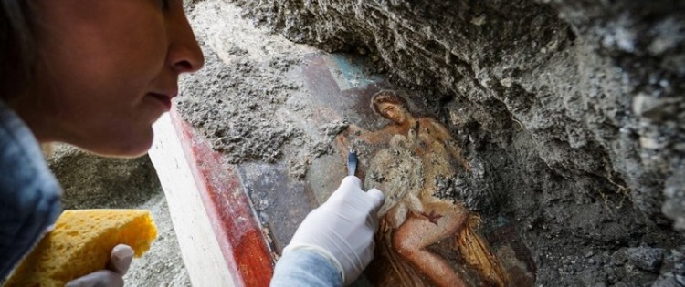 Archaeologists uncover fresco in Pompeii: Erotic scene with a swan