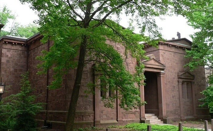 Skull and Bones Society meeting hall, known as the Skull and Bones Society 'Tomb,' at Yale University. Wikimedia Commons
