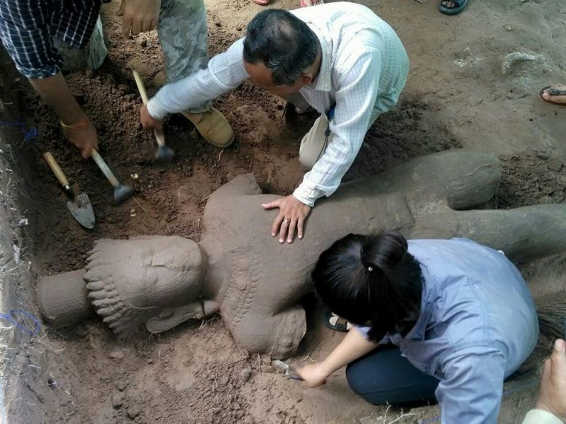 Discovery of an important statue from the end of the 12th century, on the site of Angkor, Cambodia.